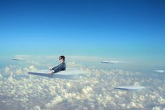 Biznesmena latanie na papieru samolocie Zdjęcia Royalty Free