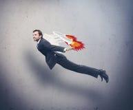 Biznesmena latanie z rakietowym plecakiem obraz stock