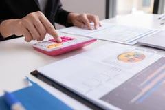 Biznesmena lub kierownika praca z pieniężnym papieru raportem, fotografia royalty free