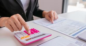 Biznesmena lub kierownika praca z pieniężnym papieru raportem obrazy stock