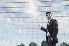 Biznesmena lub pracownika pozycja w kostiumu blisko budynku biurowego obraz stock