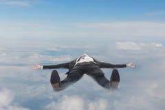 Biznesmena lying on the beach na chmurach obraz royalty free