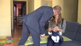Biznesmena męża urlopu pieniądze gotówka dla żony z dzieckiem 4K zbiory