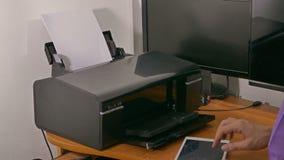 Biznesmena mężczyzna w biurze drukuje dokumenty na drukarce zdjęcie wideo