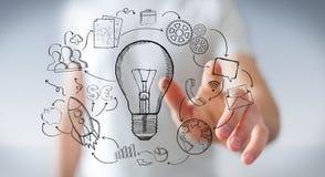 Biznesmena macania multimedii i lightbulb ręki rysować ikony Fotografia Royalty Free