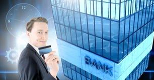 Biznesmena mienia banka karta z Wysokiego budynku bankiem z zegaru i cog przekładniami Zdjęcie Stock