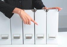 Biznesmena mienia dane kartoteki na segregatorze odkładają tło Zdjęcie Stock