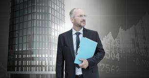 Biznesmena mienia falcówki i Wysocy budynki z ekonomicznym finansowym tłem Zdjęcie Royalty Free
