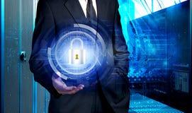 Biznesmena mienia hologram z pojęciem dane ochrona przeciw tłu superkomputerów dane centrum Zdjęcia Royalty Free