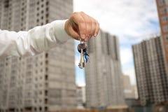 Biznesmena mienia klucze od nowej nieruchomości przy placem budowy Fotografia Royalty Free