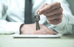 Biznesmena mienia klucze pojęcia prowadzenia domu posiadanie klucza złoty sięgający niebo Obrazy Royalty Free