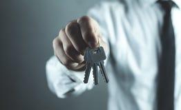 Biznesmena mienia klucze pojęcia prowadzenia domu posiadanie klucza złoty sięgający niebo Zdjęcia Stock