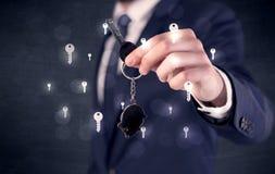 Biznesmena mienia klucze z kluczami wokoło Zdjęcie Stock
