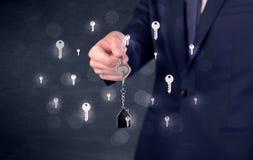 Biznesmena mienia klucze z kluczami wokoło Obrazy Stock
