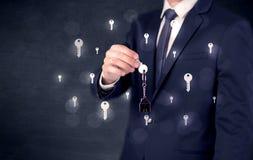 Biznesmena mienia klucze z kluczami wokoło Zdjęcia Royalty Free