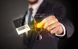 Biznesmena mienia klucze z wykresami wokoło Zdjęcia Royalty Free