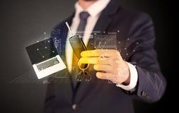 Biznesmena mienia klucze z wykresami wokoło Zdjęcie Stock