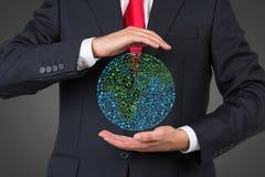 Biznesmena mienia medialna ikona w formy ziemi Zdjęcia Stock