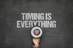 Biznesmena mienia megafon Pod Timing Jest Everything tekst Na Blackboard obrazy stock