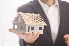 Biznesmena mienia modela dom Zdjęcia Stock