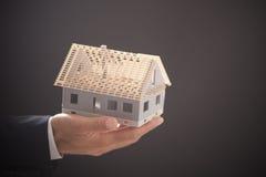 Biznesmena mienia modela dom Obrazy Royalty Free