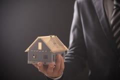 Biznesmena mienia modela dom Fotografia Stock