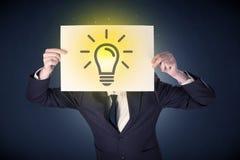 Biznesmena mienia papier z lightbulb Zdjęcie Stock
