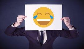 Biznesmena mienia papier z roześmianym emoticon Zdjęcia Stock