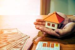 Biznesmena mienia papieru domu model Zdjęcia Stock