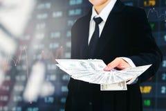 Biznesmena mienia pieniądze dolar amerykański wystawia rachunek Biznesowego Pieniężnego przeciw Zdjęcia Royalty Free