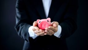 Biznesmena mienia piggybank w rękach, firmy inwestycja, pieniężny konsultant zdjęcia royalty free