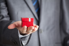 Biznesmena mienia prezenta czerwony pudełko Zdjęcia Stock
