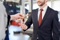 Biznesmena mienia samochodu klucze Zdjęcia Royalty Free