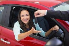 Biznesmena mienia samochodu klucze jego konami palca Zdjęcie Stock