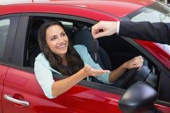 Biznesmena mienia samochodu klucze jego konami palca Zdjęcie Royalty Free