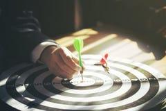 Biznesmena mienia strzałka dołączająca celować na dartboard obrazy royalty free