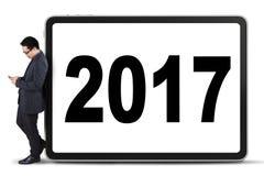 Biznesmena mienia telefon komórkowy 2017 i liczba Zdjęcie Stock