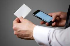 Biznesmena mienia telefon komórkowy i wizytówki wizyty karta fotografia royalty free