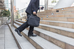 Biznesmena mienia torba podczas gdy chodzić oddolny na schodku plenerowym w mieście zdjęcia royalty free