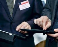Biznesmena mienia touchpad komputer osobisty obraz royalty free