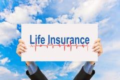 Biznesmena mienia ubezpieczenie na życie niebieskie niebo i pojęcie Fotografia Royalty Free