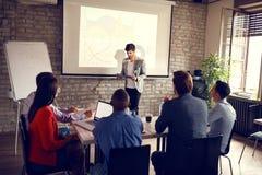 Biznesmena mienia wykład dla sukcesu w biznesie zdjęcia stock