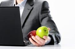 Biznesmena mienia zieleni i czerwoni jabłka obrazy royalty free