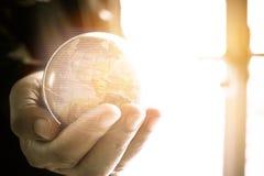 Biznesmena mienia ziemi kuli ziemskiej modela balowa mapa z Radarowym backgr Zdjęcie Stock