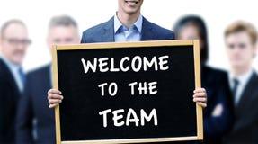 Biznesmena mienia znak z słowa powitaniem drużyna Obrazy Stock