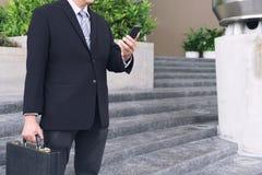 Biznesmena mienie i pozycja teczka w ręka pracującym dowcipie obraz stock