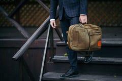 Biznesmena mienie i pozycja teczka w ręce pracuje z zaufaniem Fotografia Stock