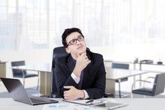 Biznesmena myślący pomysł z ręką na jego podbródku Obraz Stock