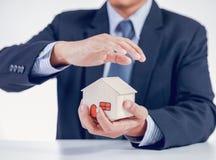 Biznesmena nakrycia dom z rękami Zdjęcie Stock