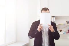 Biznesmena nakrycia twarz z pustym papierem zdjęcia stock